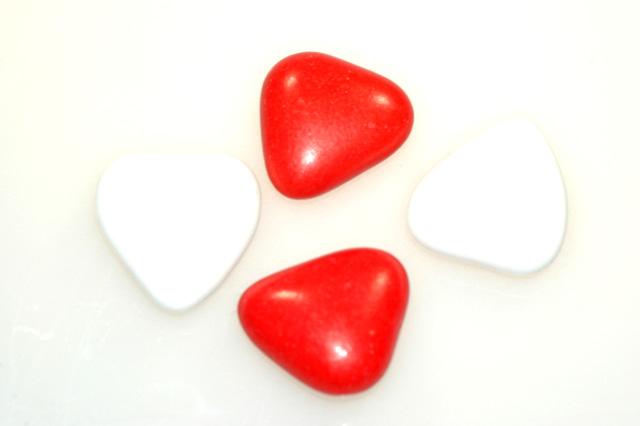Rode en witte hartjes van ekris chocolade - Witte meubels en rode ...
